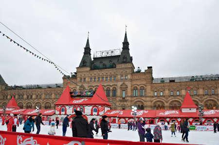 adult learners: MOSCÚ, RUSIA, 11 de diciembre: Los patinadores Vencer la batalla contra la tristeza del invierno en la pista de hielo anual de Navidad en la Plaza Roja el desember 11, 2011 en Moscú.