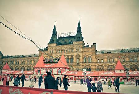 adult learners: MOSCÚ, RUSIA, 11 DE DICIEMBRE: Los patinadores Vencer la tristeza del invierno en la pista de hielo anual de Navidad en la Plaza Roja el 11 Desember de 2011 en Moscú.