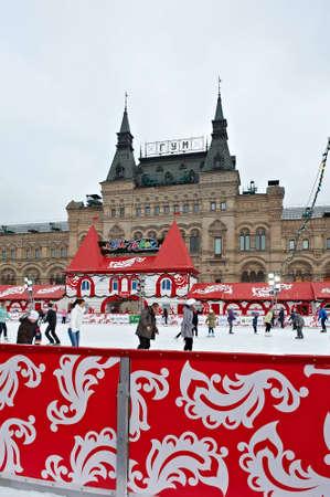 estudiantes adultos: MOSCÚ, RUSIA, 11 DE DICIEMBRE: Los patinadores Vencer la tristeza del invierno en la pista de hielo anual de Navidad en la Plaza Roja el 11 Desember de 2011 en Moscú.