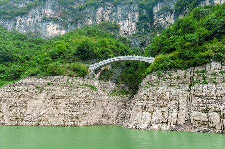 Journey on the Yangtze River with a view of the mountains and the bridge Stock Photo