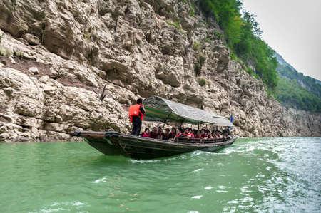 YANGTZE - AUGUST 22: Tourists traveling by canoe on the Yangtze River, on August 22.2012, Yangtze, China Editorial
