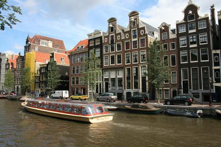 Rondleiding boot op een kanaal in Amsterdam.