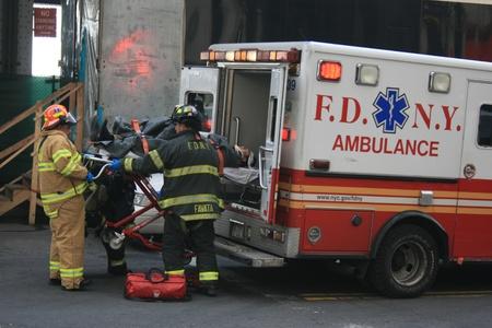 ニューヨーク、アメリカ合衆国 - 2013 年 1 月 9 日 - フェリー事故に続く FDNY によって救急車に入れている人を負傷しました。 報道画像