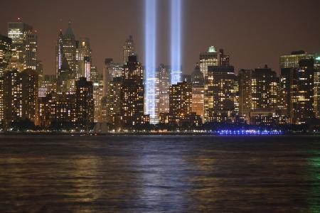 ロウアー ・ マンハッタン、イースト ・ リバーに沿って光の中でトリビュート