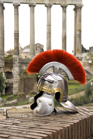 roma antigua: Casco de soldado romano delante de los Foros Imperiales, Roma, Italia