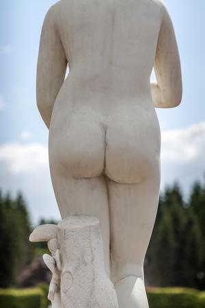 grosse fesse: statue Femalle dans les jardins Petrhof en Russie