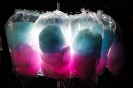 cotton candy: Azul y rosa del caramelo de algod�n con retroiluminaci�n en un festival. Foto de archivo
