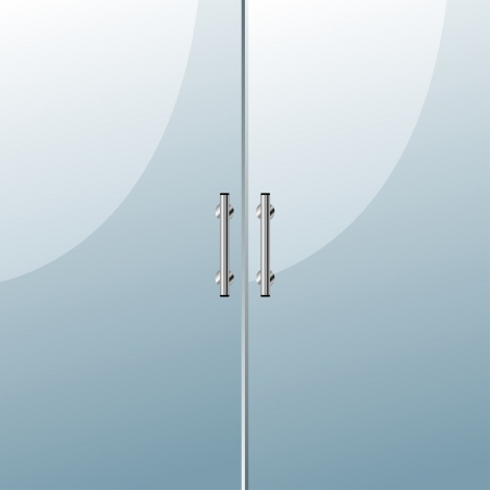 Glastür mit Chrom-Silber-Griffe gesetzt