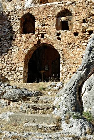 refused: Entre las rocas, se encuentra el Monasterio Viejo del siglo XII Palaiomonastiri donde 300 personas de Vrontamas se encerraron y se negaron a entregar a s? mismos a las hordas del egipcio Ibrahim Pasha El 15 de septiembre de 1825, no pudo aprovechar esta forti