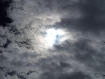 Zon achter de wolken Stockfoto - 45555419