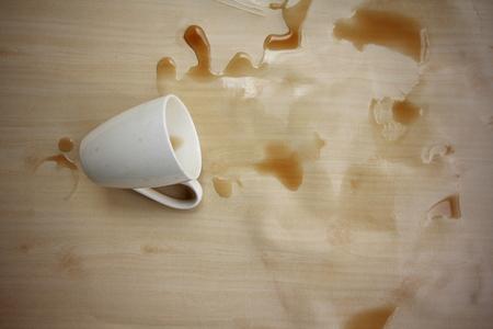 te negro: Atrapado en el tiempo? El estrés que le consigue? café negro se derramó en el suelo de madera.