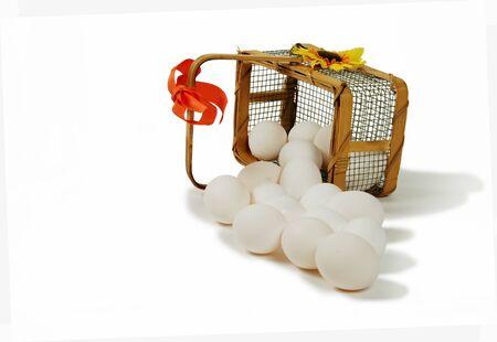 Grote witte eieren gieten uit de mand gemaakt van draad en hout met een boog en een daisy