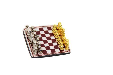 involving: Gli scacchi sono un gioco di strategia la partecipazione di specifiche norme e regolamenti giocato da due giocatori Archivio Fotografico