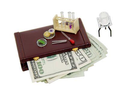 balanza de laboratorio: La investigaci�n cient�fica los art�culos incluidos mechero Bunsen, tubos de ensayo, y la placa de Petri de un malet�n lleno de dinero-v�a el tama�o original