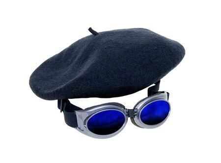 steampunk goggles: Gafas llevarse como accesorio de moda y para proteger los ojos y una boina de mezcla con una muchedumbre-Path incluido Foto de archivo