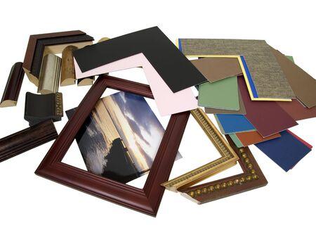 Beslissen over een framing-project met een assortiment van gekleurde matboard en frame monsters - pad opgenomen