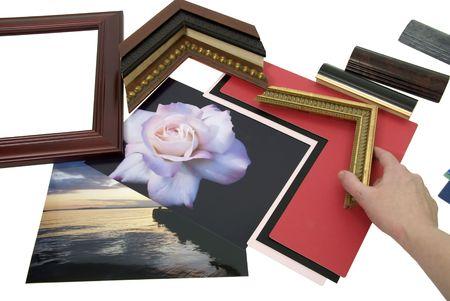 Beslissen over een framing-project met een assortiment van gekleurde matboard en frame monsters - pad opgenomen Stockfoto - 4834417