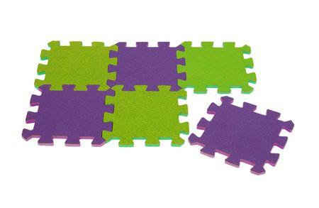 Contrasterende kleur puzzel stukjes verbonden samen om een prettig patroon - pad opgenomen