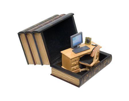 breaking out: Pensando y rompiendo fuera de la caja, como se muestra en un escritorio de madera en la entrada del cuadro de hecho para parecerse a un conjunto de libros  Foto de archivo