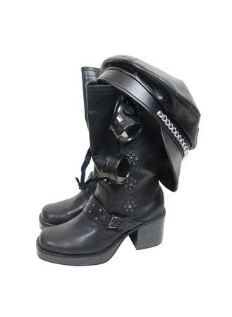 steampunk goggles: Botas de motociclista de cuero negro pesado, gorra y gafas componen este kit de motociclista  Foto de archivo