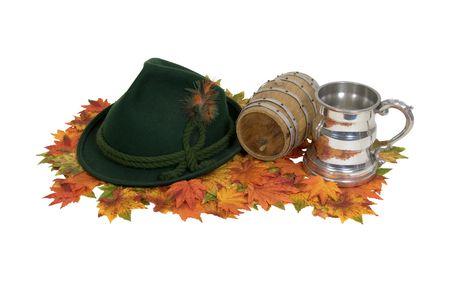 octoberfest: Oktoberfest kit compuesto por un sombrero de fiesta, una jarra de cerveza fuerte y el acceso al barril de - ruta incluido Foto de archivo