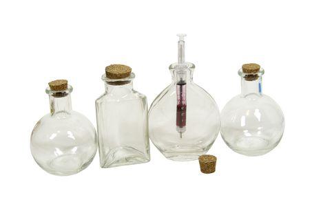 doses: Medische drankjes getoond door spuit gebruikt om te injecteren medicatie in gemeten doses in een glazen fles  Stockfoto