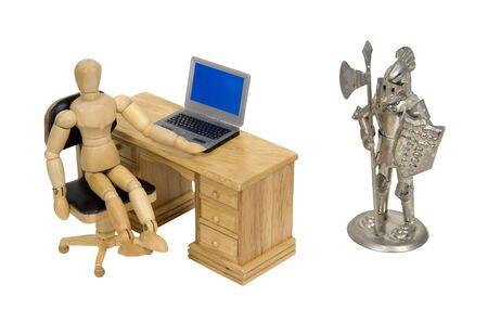 sicurezza sul lavoro: Sicurezza del lavoro dimostrato da un modello alla scrivania intervistando un cavaliere in armatura - percorso incluso Archivio Fotografico