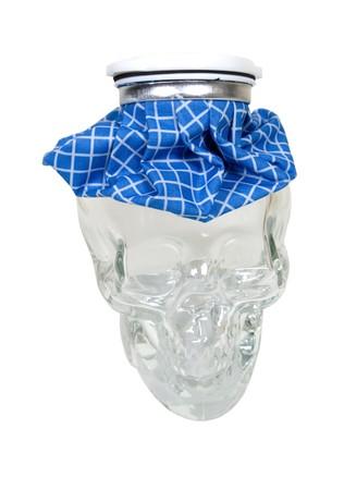 Cure de maux de tête par un sac de glace à damier bleu de démodés pour des utilisations de premiers soins sur un crâne de cristal  Banque d'images - 7017726