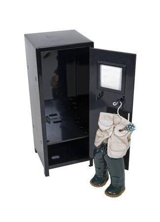 botas altas: Armario negro del metal con el equipo de pesca que cuelgan en el interior - camino incluido