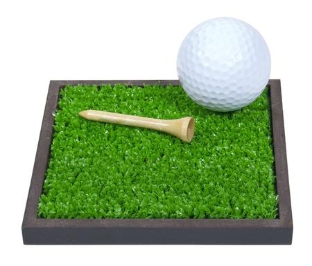 Golfbal en tee leggen op het groene gras - pad opgenomen