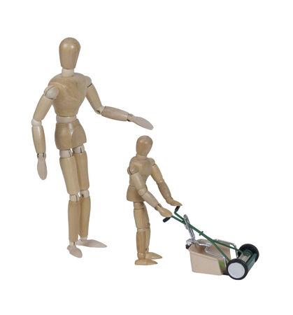 Volwassene toezicht kind met behulp van een push stijl grasmaaier voor het snijden van het gras