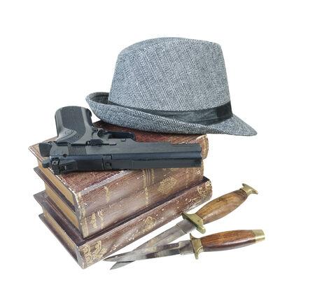 총, 칼과 페도라 모자와 살인 미스터리 책 - 경로 포함 스톡 콘텐츠