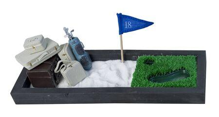 Koffers en golfclubs op een afgesloten golfbaan om een golfvakantie te laten zien - pad inbegrepen Stockfoto