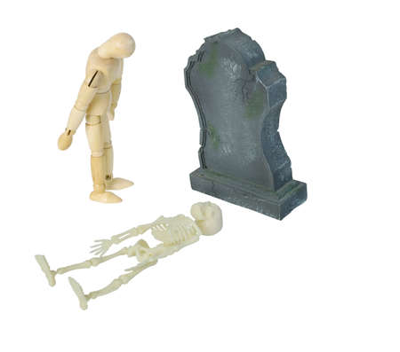 Persoon die bij grafsteen rouwt met opgemaakt skelet - inbegrepen weg Stockfoto