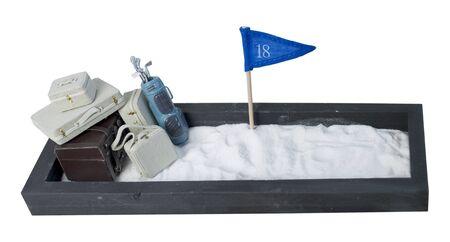 Koffers en golfclubs en vlag in een ingesloten zandbak - pad inbegrepen Stockfoto