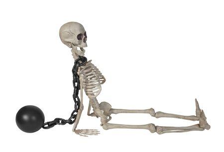 Het skelet draagt een bal en ketting om zijn nek - inclusief pad