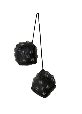 Leer en spikes Dobbelstenen vergelijkbaar met de doffe dobbelstenen die meestal aan de achteruitkijkspiegel van een auto worden gehangen - pad inbegrepen