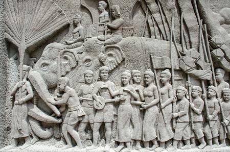 ancient tradition: BANGKOK, Tailandia - 11 JULY 2014: intrincado mural tallado tailand�s - antigua tradici�n de rey] Editorial