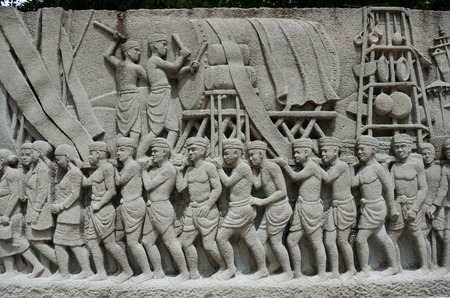 ancient tradition: BANGKOK, Tailandia - 11 JULY 2014: intrincado mural tallado tailand�s - antigua tradici�n de rey Editorial