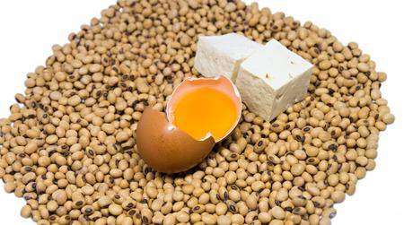 leche de soya: Fuente de proteínas vegetariana: Huevo crudo y queso de soja en la soja aislados sobre fondo blanco