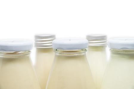 leche de soya: Botellas de leche y leche de soja aisladas sobre fondo blanco