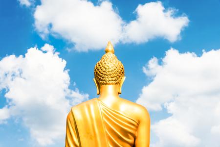 cabeza de buda: Buda de oro statu correo de la parte posterior se centró en la cabeza en blanco cielo azul nublado en día soleado Foto de archivo