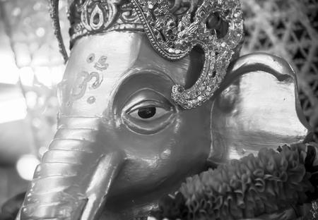 hinduism: Oro Ganesh - dios elefante en el hinduismo la religi�n el primer blanco y negro