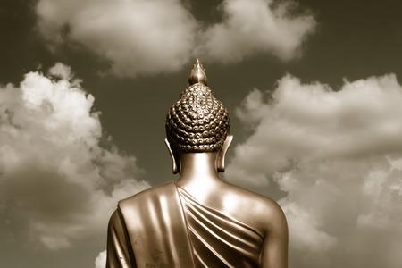 cabeza de buda: Buda de oro estatua de la parte posterior se centr� en tono sepia cabeza