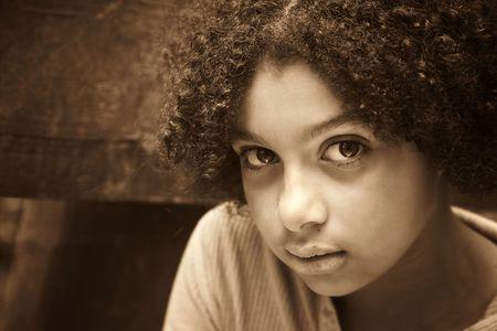 bambini poveri: immagine di un bambino che guarda abusato o trascurato