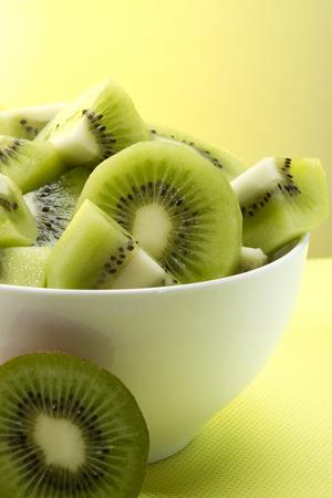 kiwi fruta: rebanadas frescas de kiwi en un plato blanco