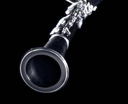clarinete: clarinete de cerca con el cuerpo borrosa sobre un fondo negro,