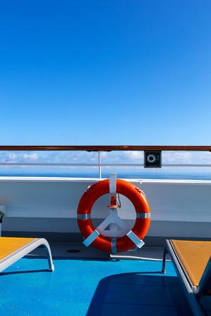 oranje badmeester op de rand van een oceaanstomer