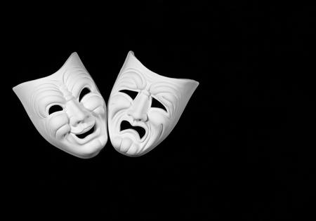 máscara de teatro que expresa la tragedia y la comedia, máscara blanca sobre fondo negro con espacio libre para texto