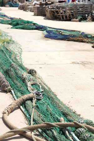 fishing nets extended in the port to be revised, there are blue and green, with wooden boxes in the background 免版税图像
